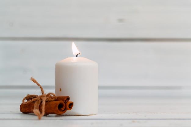 Candele domestiche di illuminazione sulla tavola di legno
