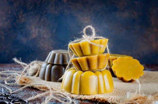 Candele fatte a mano fatte con cera d'api naturale