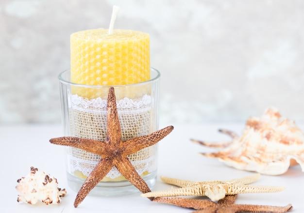 Candele fatte di cera naturale, fatte per le vacanze. la candela è fatta a nido d'ape.