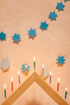 Candele festive di hanukkah che bruciano
