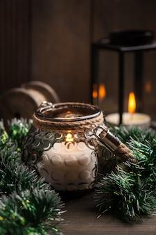 Candele in lanterne e decorazioni natalizie