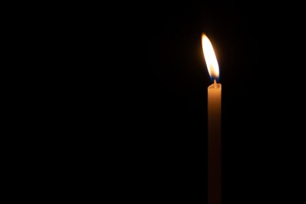 Candele morbide focalizzate nella notte oscura