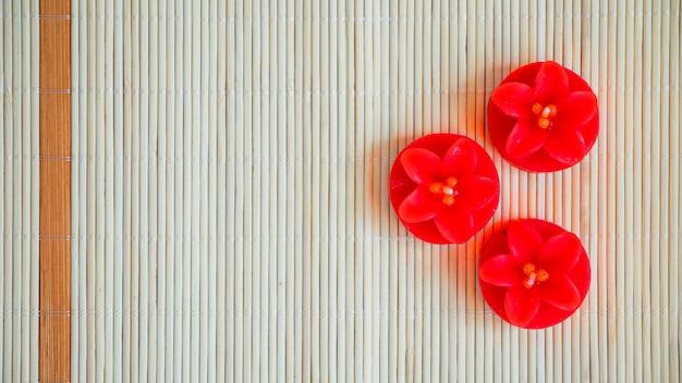 Candele rosse a forma di fiore