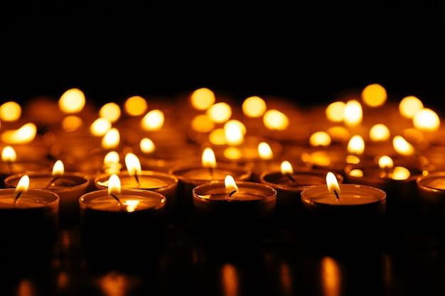 Candele. set di candele accese nel buio.