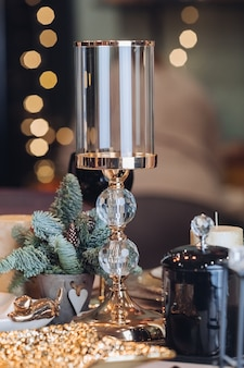 Candeliere di vetro su una tabella di nuovo anno
