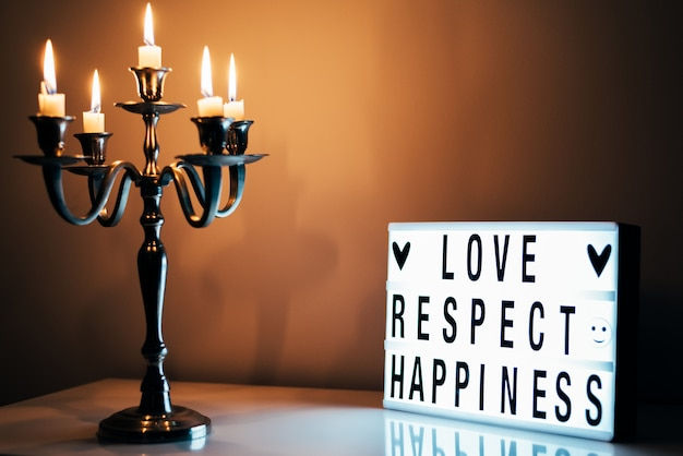 Candeliere e lightbox con iscrizione sul tavolo