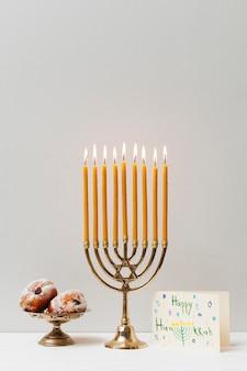 Candeliere hanukkah festivo con dolci