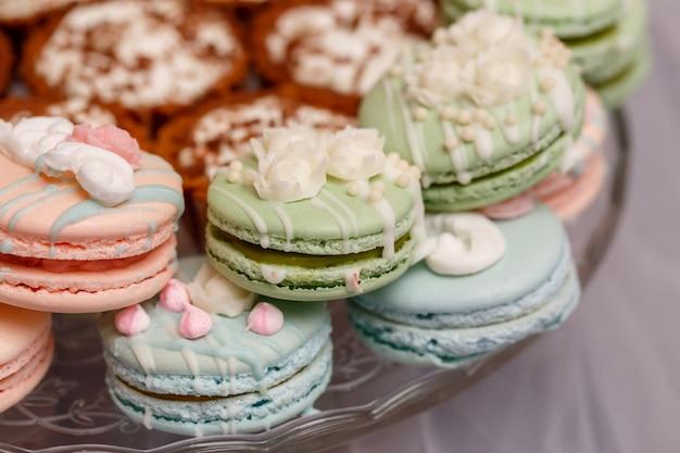 Candy bar per matrimoni. tavolo da dessert con amaretti