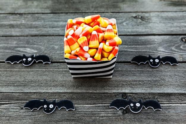 Candy corn in scatola di carta per la celebrazione di halloween