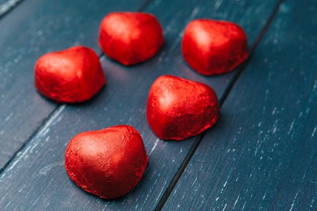 Candy hearts su legno, giorno di san valentino.