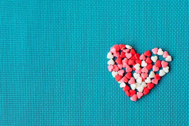 Candy valentine's hearts. san valentino con cuori rossi, vista dall'alto.