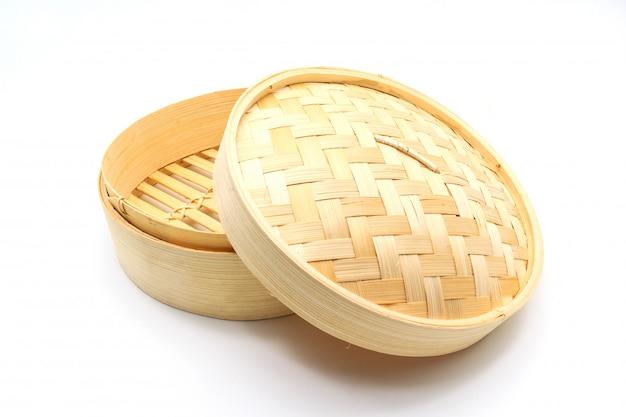 Canestro di bambù per cuocere a vapore isolato su un fondo bianco