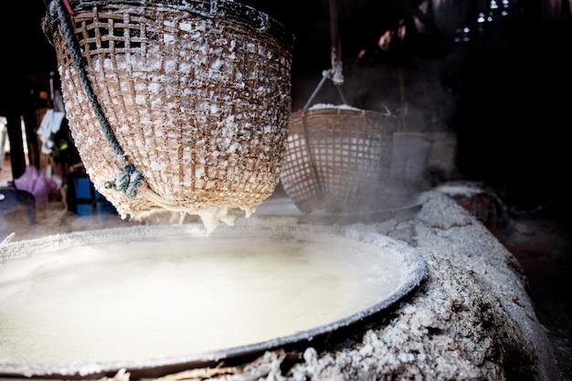 Canestro di sale sulla stufa in tailandia.