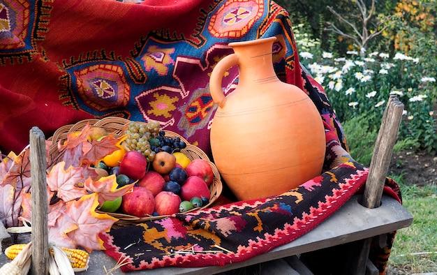 Canestro e barattolo di frutta al festival del raccolto di autunno in georgia.