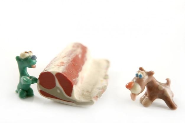 Cani di plastilina affamati fatti a mano, carne da mangiare
