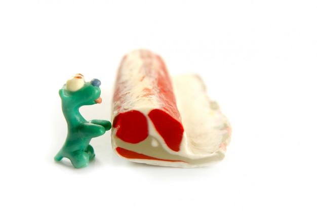 Cani di plastilina affamati fatti a mano con un po 'di carne da mangiare
