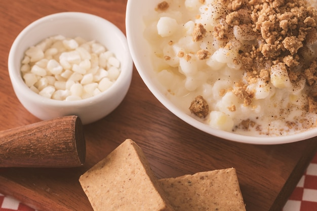 Canjica dolce del dessert brasiliano di cereale bianco con il dolce di pacoca