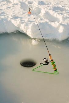 Canna da pesca in acqua