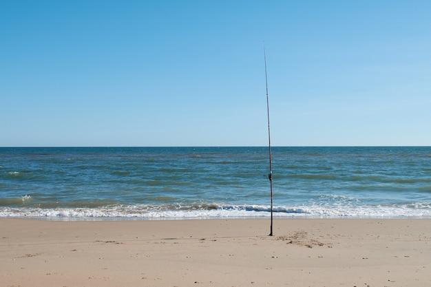 Canna da pesca in riva al mare