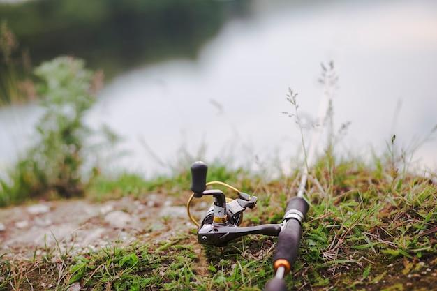 Canna da pesca su erba verde