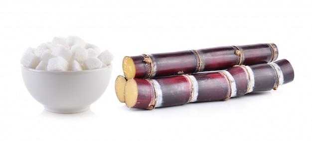 Canna da zucchero e cubetto di zucchero isolati