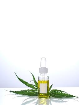 Cannabis con estratto di olio in una bottiglia