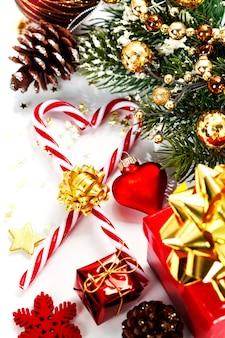 Canne di caramella e decorazioni di natale
