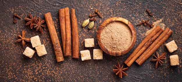Cannella, anice, cardamomo, trifoglio e zucchero