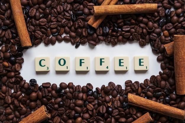 Cannella e chicchi di caffè intorno alla scrittura