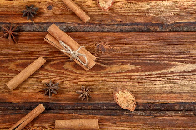 Cannella su fondo di legno scuro con spazio per testo