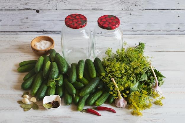 Canning concetto di cetrioli. set di spezie per marinare i cetrioli per l'inverno. un bouquet di spezie per decapaggio.
