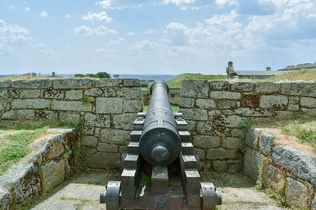 Cannone in una vecchia fortezza, almeida portogallo