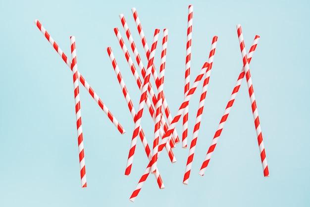Cannucce colorate per bevande su uno sfondo luminoso. sfondo allegro festivo di compleanno.
