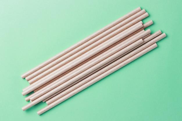 Cannucce di bambù ecologiche per bere su uno sfondo verde