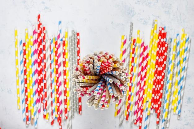 Cannucce di carta di diversi colori con spazio di copia