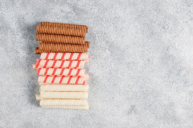 Cannucce di carta di diversi colori su sfondo chiaro con spazio di copia