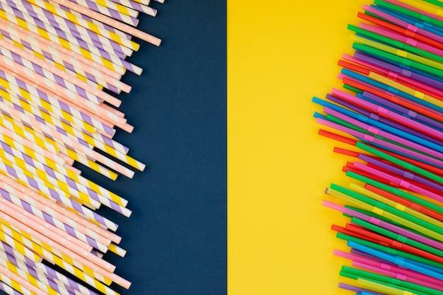 Cannucce di carta vs cannucce di plastica su colorati wall.colored tubules per succo e cocktail. forniture per eventi e feste. design colorato e astratto.