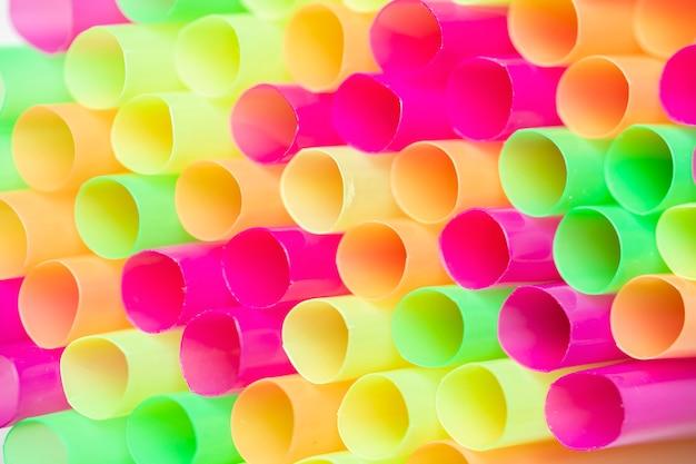 Cannucce di plastica beventi variopinte del primo piano