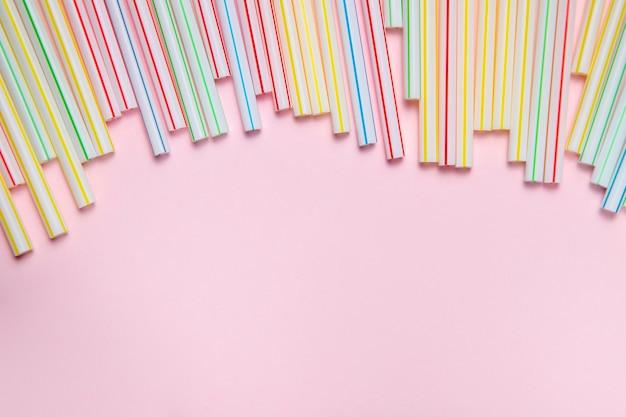 Cannucce di plastica colorate copia-spazio