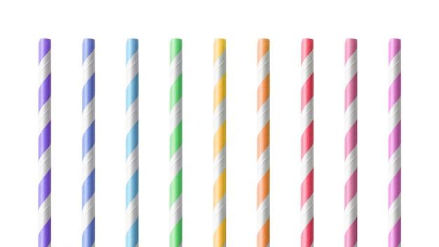 Cannucce variopinte isolate su fondo bianco. bere tubo realizzato in materiale cartaceo.