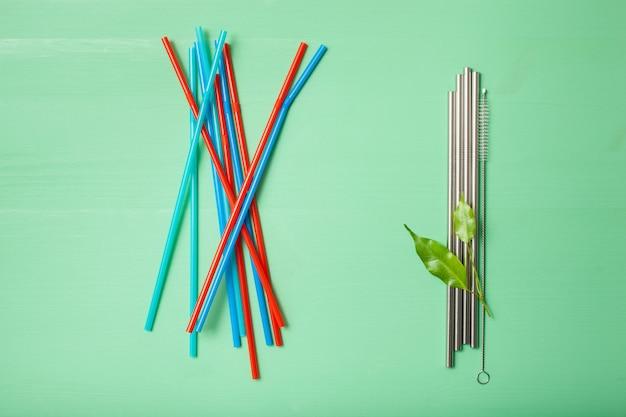 Cannuccia ecologica monouso in plastica e metallo riutilizzabile. concetto di zero rifiuti