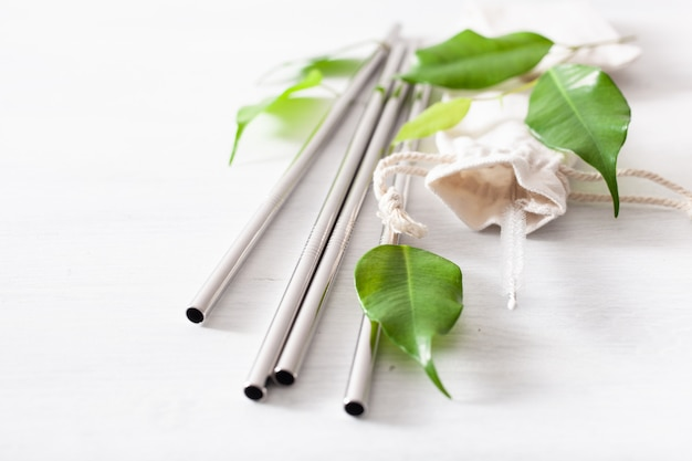 Cannuccia riutilizzabile in metallo ecologica. concetto di zero rifiuti