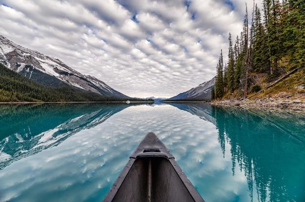 Canoa sul lago con nuvole altocumulus