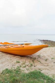Canoa sulla spiaggia