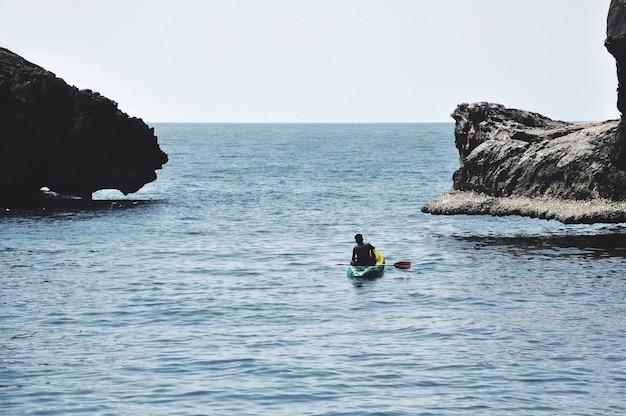 Canoa turistica nel mare vicino a koh chuek