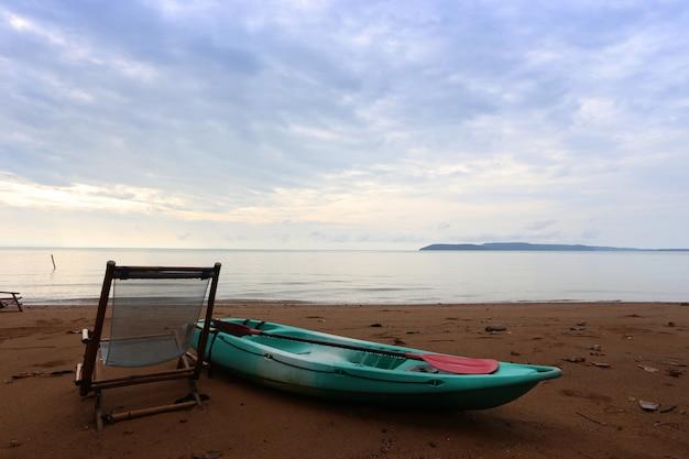 Canoe e sedili da spiaggia verdi, una delle spiagge in koh krut, tailandia