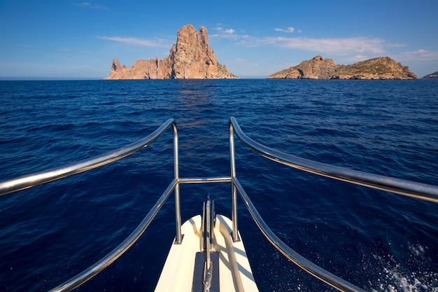 Canottaggio in barca a vela vicino all'isola di es vedra