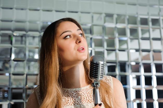 Cantante davanti a un microfono karaoke club.
