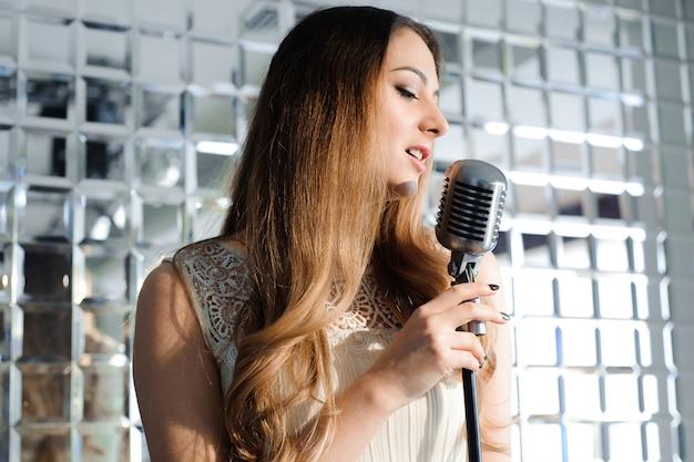 Cantante davanti a un microfono nel club.