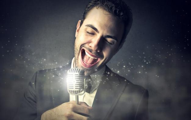 Cantante elegante che canta una canzone